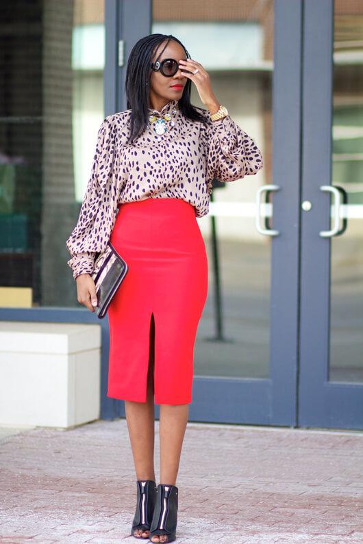 С чем носить прямую красную юбку