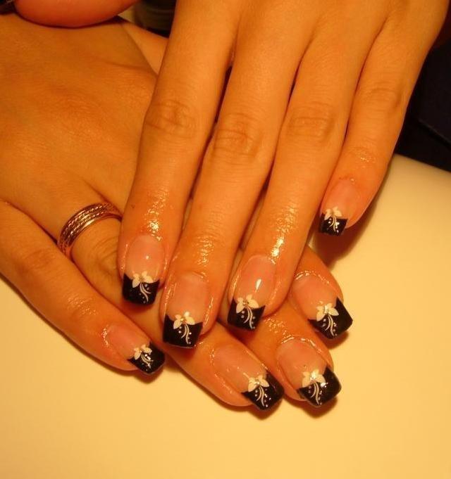 Бело черный френч на нарощенных ногтях