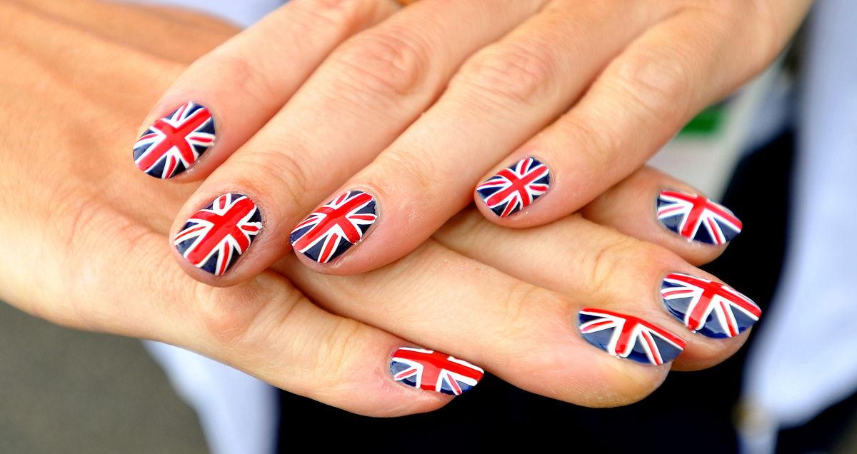 рисунок на ногтях с флагом россии