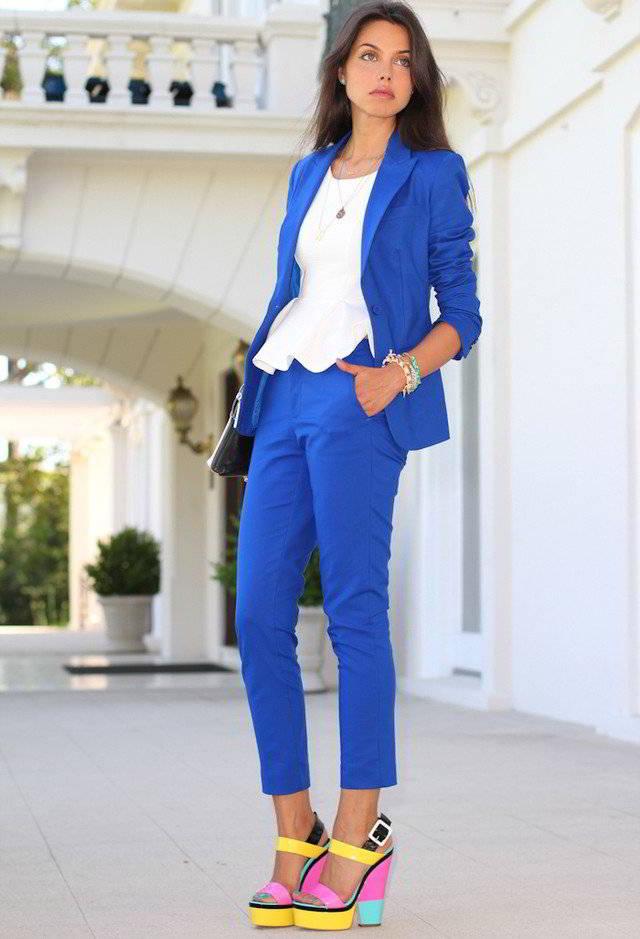 С чем носить ярко синие брюки