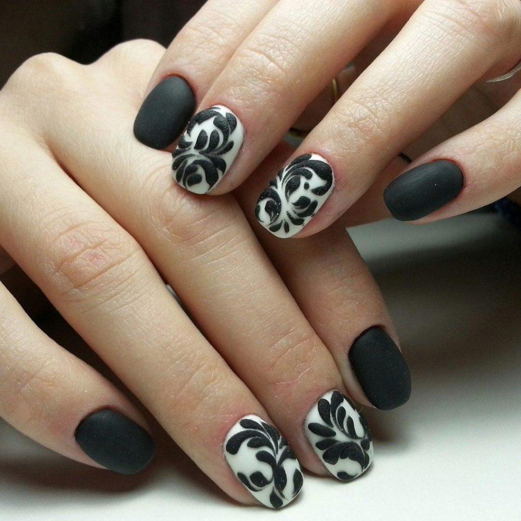 Фото дизайна ногтей в черно белых тонах