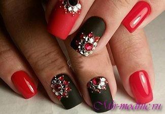 Красные ногти со стразами.фото