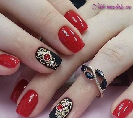 Дизайн ногтей красного цвета со стразами и рисунком фото