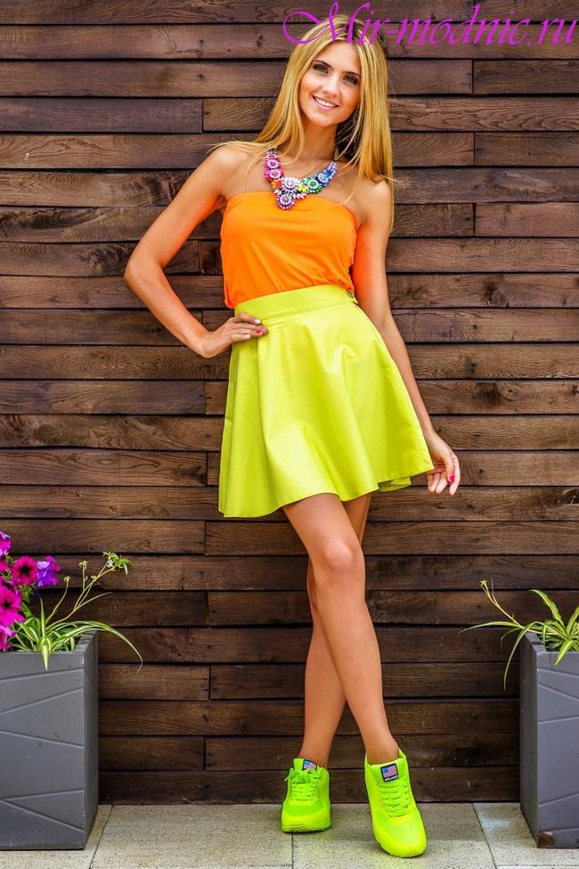 Жёлтых девушки лёгких в юбках летом
